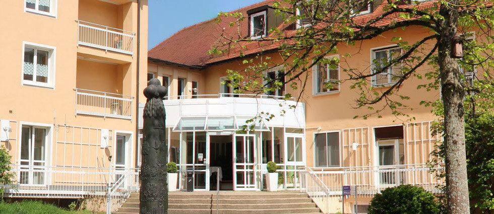 Eingang im Innenhof der Tagungstätte Neuendettelsau